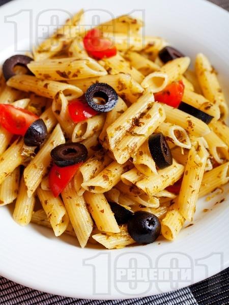 Пене паста с песто от целина, чери домати и маслини - снимка на рецептата